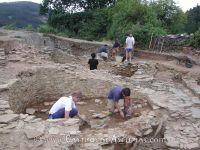 Os Castros de Taramundi. Bajo la trama edificada durante la Edad del Hierro se rastrean las evidencias de la primera ocupación del poblado