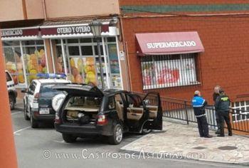 Agentes de la Guardia Civil y Policía Local interrogando a Ángel Villa. Fuente: La Voz del Occidente
