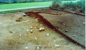 Túmulo de El Canadeiro (Grandas de Salime) durante su excavación en 1996 (Foto: Á. Villa)