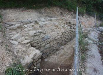 Estructura defensiva y aterrazamiento en el castro de El Curucho. Fuente: Diario La Nueva España