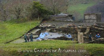 Agentes del SEPRONA y Guardia Civil acompañan a los técnicos de Cultura en las ruinas de la domus romana (fuente: La Nueva España)