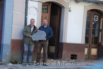Los arqueólogos Rubén Montes y Ángel Villa retirando la placa del laboratorio arqueológico