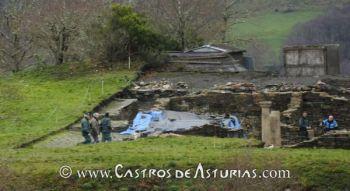 La Guardia Civil protege la entrada del arqueólogo de la Consejería de Cultura en el castro de Chao Samartín