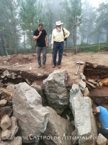 Los profesores Fernando Rodríguez y Miguel Ángel de Blas durante la campaña de excavación del dolmen de La Cobertoria en 2017 (foto: Á. Villa Valdés)