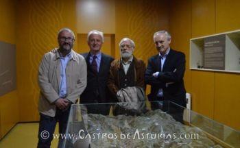 Los arqueólogos Rubén Montes, Miguel Ángel de Blas y Ángel Villa junto con Joaquín Lorences, Director de la Fundación Valdés-Salas, durante el acto de presentación del Proyecto Beriso. Fuente: El Comercio