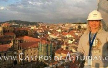 Olga Gago, en Santiago de Compostela, con el monasterio de San Martín Pinario en proceso de restauración a la izquierda. Fuente: La Nueva España