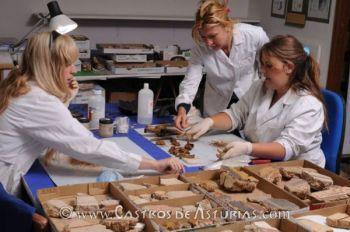 Equipo de restauradoras en el laboratorio del Chao Samartín. Foto: Carlos Mora
