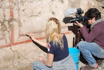 Olga Gago durante los trabajos de consolidación y rescate de las pinturas murales romanas del Chao Samartín.