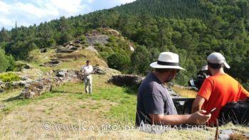 El equipo de Arqueomanía durante el rodaje en El Castro de Pendia (Boal)