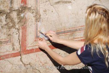 La conservadora Olga Gago durante los trabajos de limpieza de los paneles pictóricos. Chao Samartín, siglo I d.C.