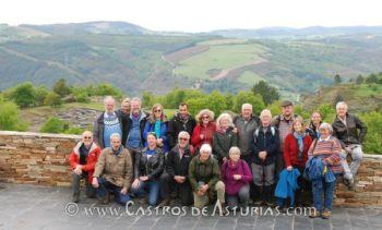 El grupo de investigadores del Hillfort Study Group ante el castro de Chao Samartín, Grandas de Saime