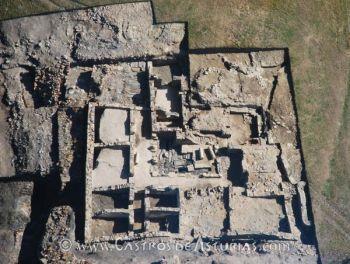 Domus altoimperial levantada dentro del recinto amurallado durante la primera mitad del siglo I d.C. (Fuente: Á. Villa Valdés 2009)