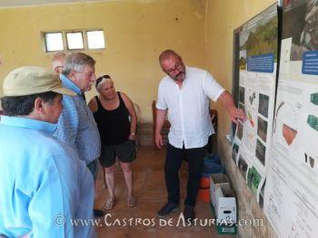 El arqueólogo Rubén Montes durante la presentación de los trabajos arqueológicos en El Castro de Alava, Salas (Asturias)
