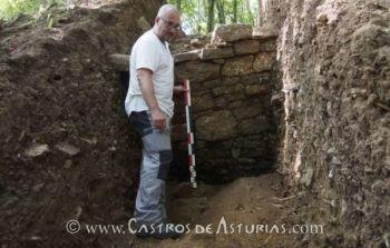 Rubén Montes, director de la excavación, ante la muralla (fuente: La Nueva España)