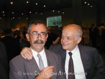 El Dr. Ramil Soneira junto al profesor y arqueólogo, recientemente fallecido, M. Caamaño, el día de la recepción de la Medalla de Plata de Galicia. Foto: E. Ramil, 2000.