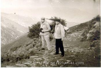 Diógenes García con José Manuel González en el Camín de la Mesa. Archivo: J.M. González y Fernández-Valles