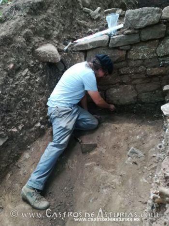 El arqueólogo Diego Díaz durante el descubrimiento de la muralla de la Edad del Hierro en El Castro de Alava, Salas (Asturias)